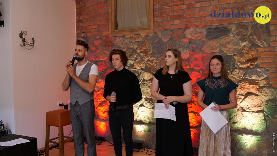 Daniel Chodyna zaśpiewał dla jubilatów podczas złotych godów